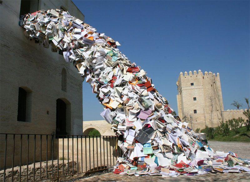 La producción del sector editorial resultaría útil para este tipo de esculturas realizada con libros por la artista Alicia Martín