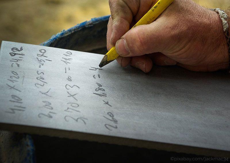 Autor haciendo cuentas sobre sus regalías