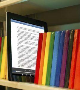 Libro digital con libros impresos