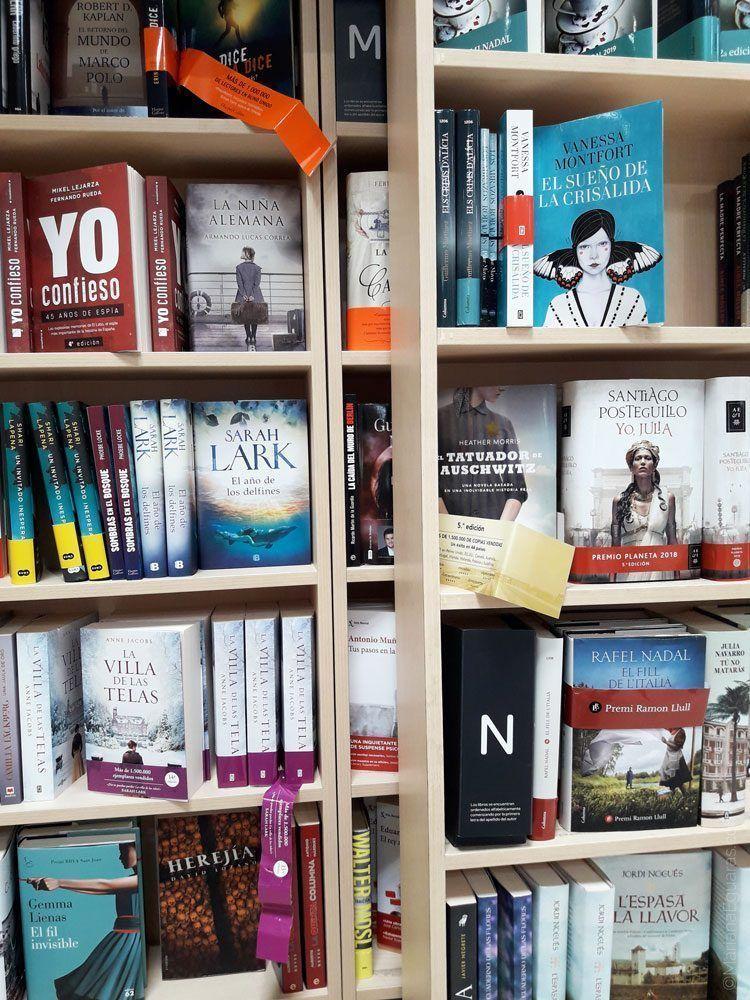 Libros en la sección librería de Carrefour en Barcelona, España
